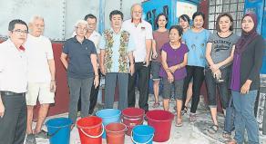 刘博文(左) 与居民要求雪州政府交待制水问题何时了。左二起为林文发、李妙中及刘志林。(图:南洋商报)